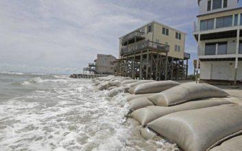 Υποβαθμίστηκε, αλλά παραμένει επικίνδυνος ο τυφώνας Φλόρενς