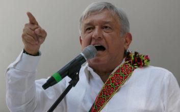 «Εγκλωβισμένος» σε εμπορική πτήση για τρεις ώρες ο πρόεδρος του Μεξικού αλλά δεν κάνει πίσω