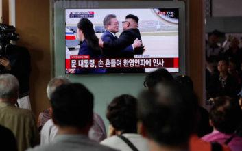 Με αγκαλιές υποδέχθηκε ο Κιμ Γιονγκ Ουν τον Νοτιοκορεάτη πρόεδρο