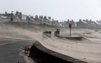 Σαρώνει το νησί της Ιρλανδίας η καταιγίδα Άλι