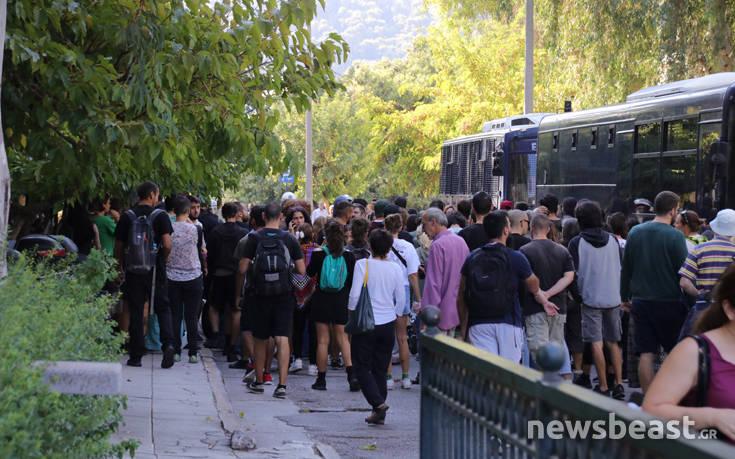Συγκεντρωμένοι περιμένουν τον δεύτερο συλληφθέντα στην Ευελπίδων 3