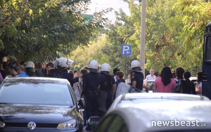 Συγκεντρωμένοι περιμένουν τον δεύτερο συλληφθέντα στην Ευελπίδων 2
