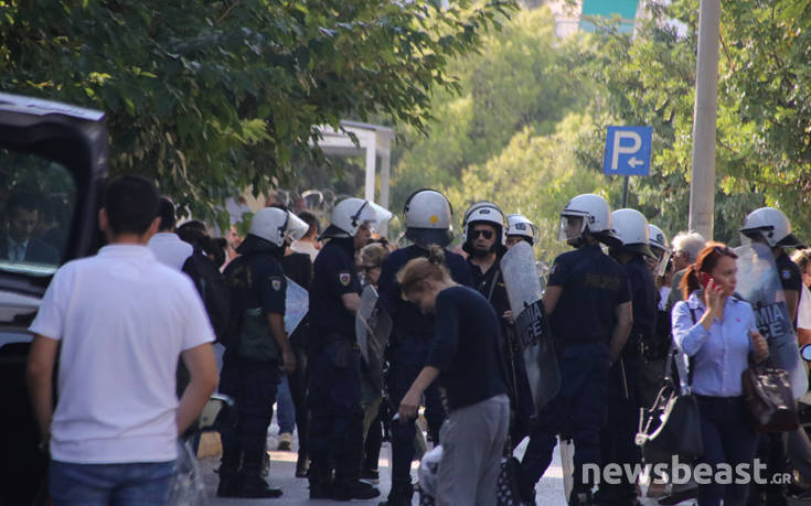 Συγκεντρωμένοι περιμένουν τον δεύτερο συλληφθέντα στην Ευελπίδων 1