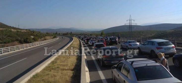 Ουρές χιλιομέτρων στην Αθηνών- Λαμίας από την ανατροπή της νταλίκας