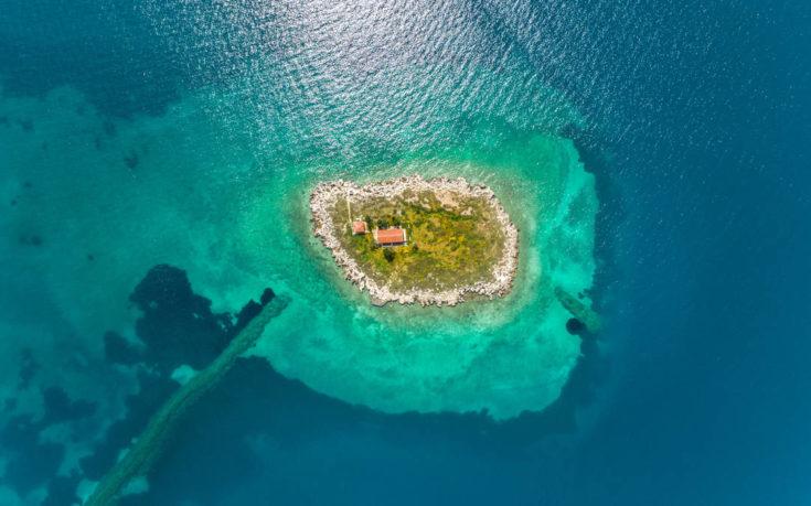 Το μικρό νησί με τη μεγάλη ιστορία στον κόλπο της Ιτέας