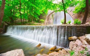 Το εντυπωσιακό γεφύρι με τον καταρράκτη στην Παλαιοκαρυά