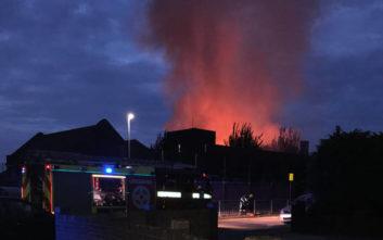 Σε εξέλιξη φωτιά σε σχολείο στο Λονδίνο