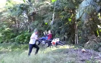 Πατέρας φτιάχνει το πιο περίεργο «ιπτάμενο αυτοκίνητο» στον γιο του με… φυσητήρες φύλλων