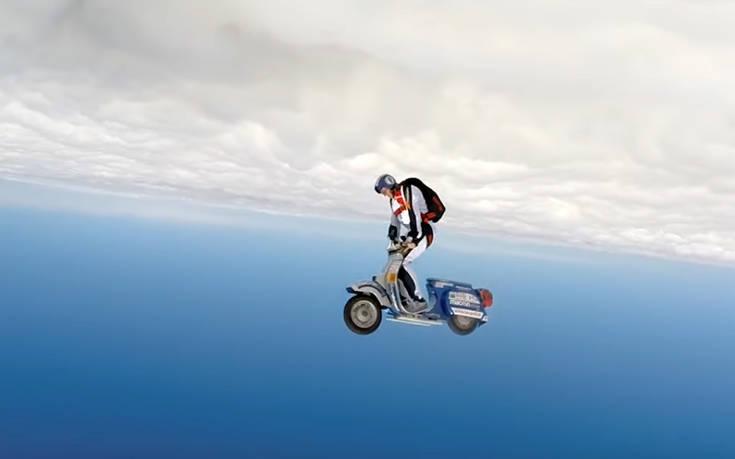Δείτε μια βέσπα να… πετά στα 13.500 πόδια