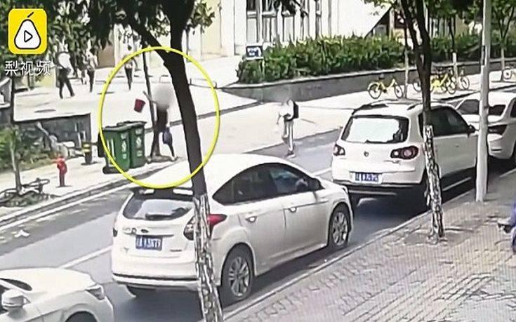 Γυναίκα πετάει νεογέννητο στα σκουπίδια και φεύγει σαν να μη συμβαίνει τίποτα
