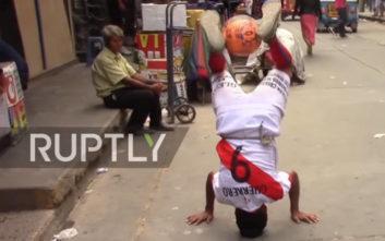 Ένας 85χρονος στο Περού «παραδίδει» μαθήματα football freestyle