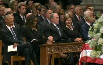 Το στιγμιότυπο ανάμεσα στον Τζορτζ Μπους και τη Μισέλ Ομπάμα που προκάλεσε αίσθηση