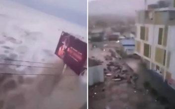 Βίντεο δείχνει πελώριο κύμα να χτυπά ακτή της Ινδονησίας μετά από σεισμό