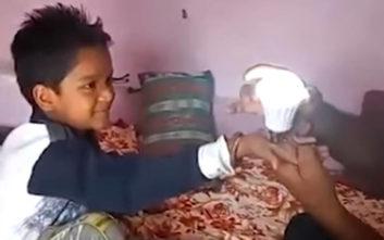Οχτάχρονος ανάβει λάμπες με τη δύναμη της… αφής του