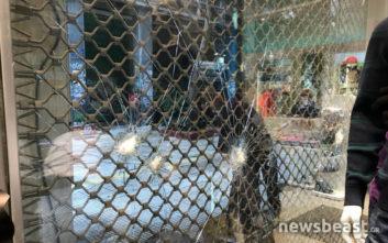 Κουκουλοφόροι επιτέθηκαν με σφυριά σε βιτρίνες στη Γλάδστωνος