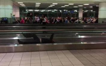 Όταν βαριέσαι πολύ στο αεροδρόμιο