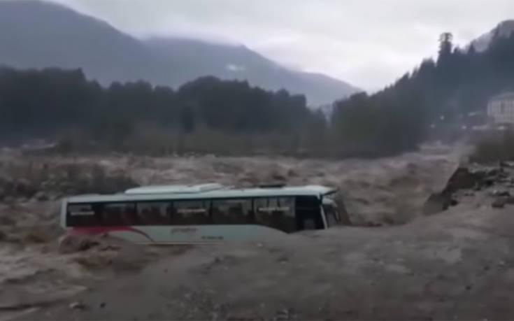 Η στιγμή που ορμητικά νερά «καταπίνουν» λεωφορείο στην Ινδία
