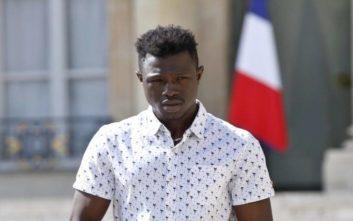 Γάλλος πολίτης ο μετανάστης που είχε σώσει παιδί που κρεμόταν στο κενό στο Παρίσι