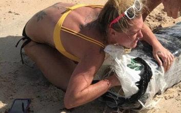 Η θάλασσα ξέβρασε… ναρκωτικά και μια ξανθιά έσπευσε να αρπάξει ό,τι μπορούσε