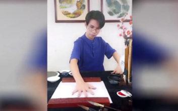 Κινέζος καλλιτέχνης ζωγραφίζει έχοντας σαν πινέλο... την παλάμη του