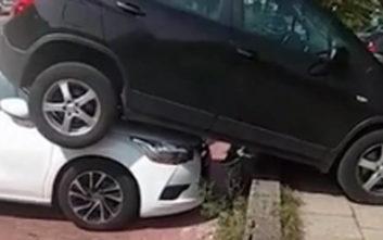 Βρήκε το αυτοκίνητο της παρκαρισμένο κάτω από ένα άλλο