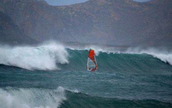 Ατρόμητοι σέρφερς δαμάζουν τα κύματα στα Χανιά