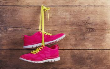 Βρήκε «δωράκι» σε παπούτσια που αγόρασε online, έπραξε όμως ως όφειλε