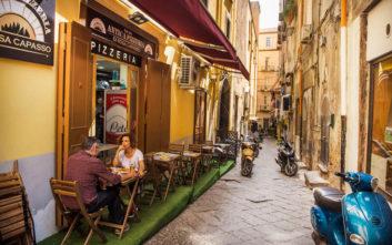 Φακελάκια ζάχαρης ελληνικής εταιρείας στη Νάπολη με εικόνες από στερεότυπα της Μαφίας
