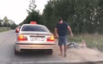 Πέταξε σκουπίδι από το παράθυρο και ο οδηγός ταξί τον έβγαλε έξω σηκωτό