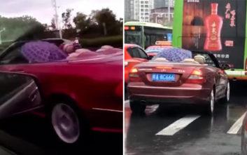 Να τι κάνεις αν οδηγείς κάμπριο και… σε πιάσει η βροχή