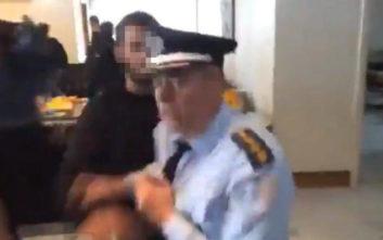 Μαθητής βγάζει σπρώχνοντας από το γραφείο Γαβρόγλουυψηλόβαθμοαστυνομικό