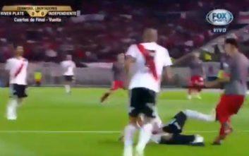 Του έδωσε το πόδι... στο χέρι εντός περιοχής, αλλά ο διαιτητής έδωσε πλάγιο