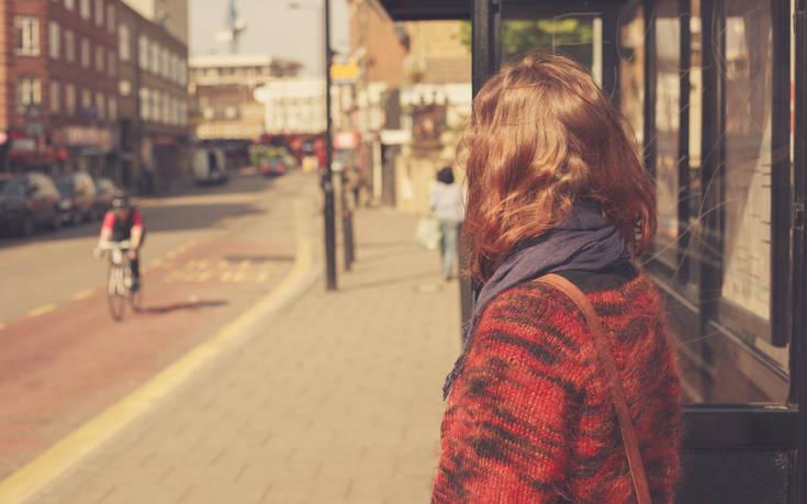 Πώς μια κοπέλα που περίμενε σε στάση λεωφορείου κατέληξε σκλάβα του σεξ