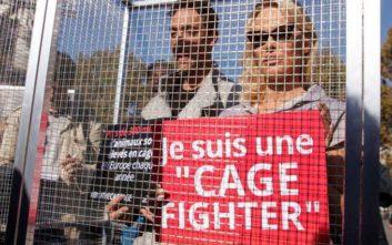 Η Πάμελα Άντερσον μπήκε σε «κλουβί» για να καταγγείλει τον βασανισμό των ζώων
