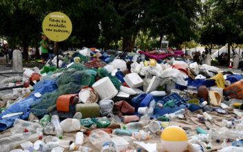 Η πλατεία Συντάγματος γέμισε με σκουπίδια από ελληνική παραλία