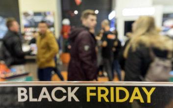 Οι αγορές της Black Friday που κρύβουν άντρες και γυναίκες από τους συντρόφους τους