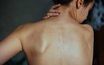 Γιατρός αυνανιζόταν στην πλάτη ασθενούς την ώρα του υπερηχογραφήματος