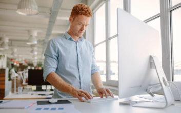Όρθιοι πρέπει να στέκονται στα γραφεία τους οι υπάλληλοι, λέει νέα έρευνα