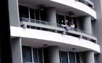 Ήθελε να βγάλει selfie σε μπαλκόνι και έπεσε από τον 27ο όροφο