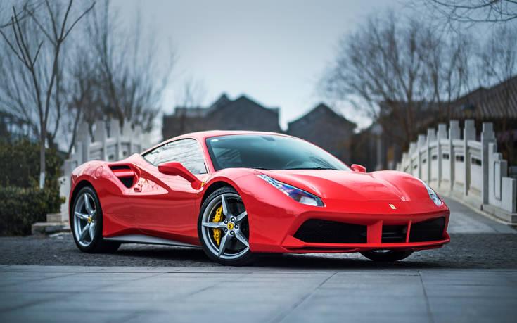 Έκαναν παρατήρηση σε πατέρα να μην πηγαίνει το γιο του στο σχολείο με τη Ferrari