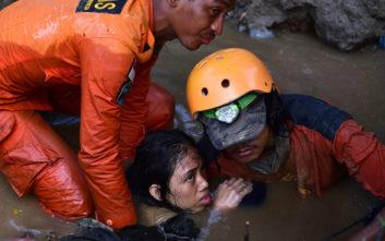 Σε ομαδικούς τάφους ετοιμάζεται να θάψει τους νεκρούς της η Ινδονησία