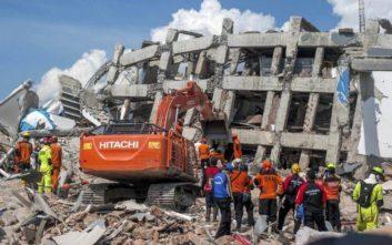 Ελπίδες για επιζώντες στα χαλάσματα ξενοδοχείου στην Ινδονησία