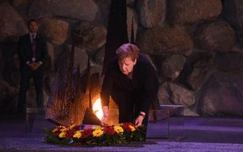 Τα θύματα του Ολοκαυτώματος τίμησε η Άνγκελα Μέρκελ