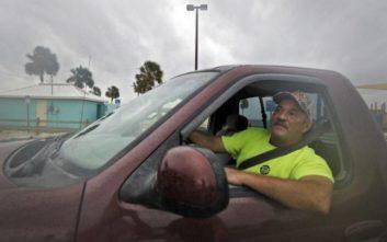 Έκκληση να εγκαταλείψουν τις εστίες τους ενόψει του «τυφώνα του αιώνα» στη Φλόριντα