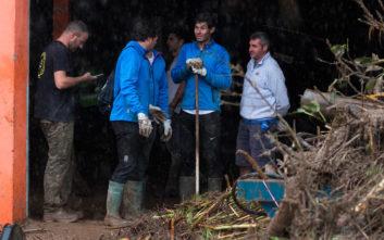 Ο Ναδάλ με γαλότσες και σκούπα βοηθά τους γείτονές του να καθαρίσουν τα μπάζα από την πλημμύρα