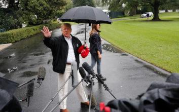 Ο Τραμπ άφησε την Μελάνια να βρέχεται για χάρη των δημοσιογράφων