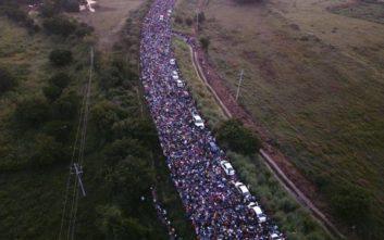 Ο Τραμπ καλεί το Μεξικό να σταματήσει τα καραβάνια των μεταναστών