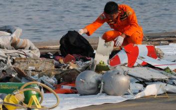 Δεν περιμένουν να βρουν επιζώντες μετά τη συντριβή του αεροσκάφους στην Ινδονησία