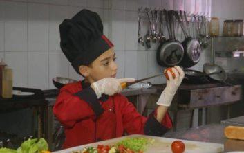 Παλαιστίνιος πιτσιρικάς παλεύει για τη ζωή του και προκαλεί θαυμασμό με τις μαγειρικές του ικανότητες
