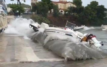 Τα μανιασμένα κύματα στην Επίδαυρο τσακίζουν τις βάρκες στη στεριά
